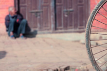 Detalle De Vagabundo En Una Calle De Katmandu