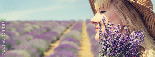 Photo Girl in a flowering field of lavender. Selective focus.