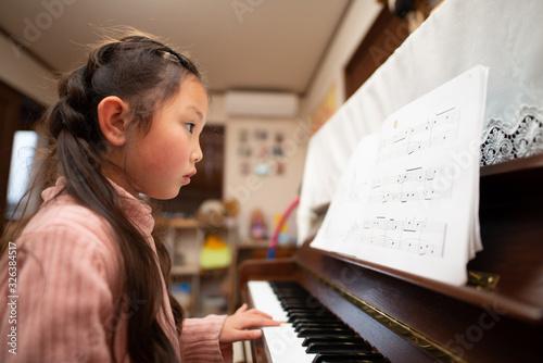 Fototapeta ピアノを練習する少女