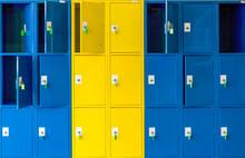Armarios Utilizados Como Taquillas Escolares Pintadas Con Colores Vivos Azul Y Amarillo Con La Protección De Llaves.