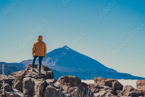 Photo cilueta de mujer observando el teide