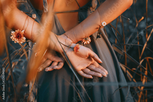 Fotografía close up of young and tender woman hands crossed behind the back