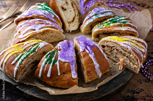 Photo King cake for Mardi Gras, New Orlean traditional pastry with a plastic baby