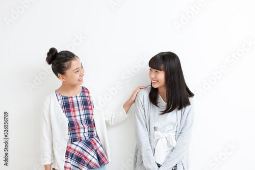 笑顔の女の子2人 Wallpaper Mural
