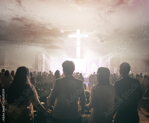 Fotografiet Worship praise concept: Christians prayed together in the church on the sunset s