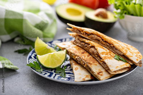 Photo Quesadillas with pulled pork and cheese, served with limes