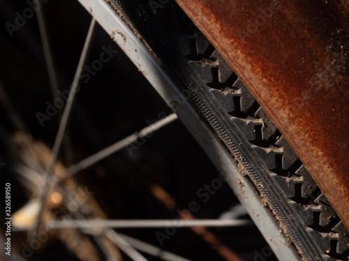 錆びた古い自転車のホイール