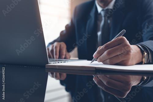 Obraz Businessman working in modern office - fototapety do salonu