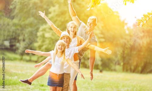 Fototapeta Aktive Familie und Kinder machen Fitness und Sport