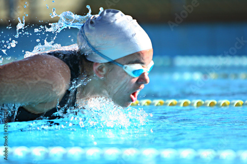 nadadora competindo de touca e óculos na piscina Canvas Print