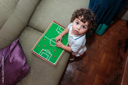 Criança brincando com jogo de futebol de botões, visto de cima Canvas Print