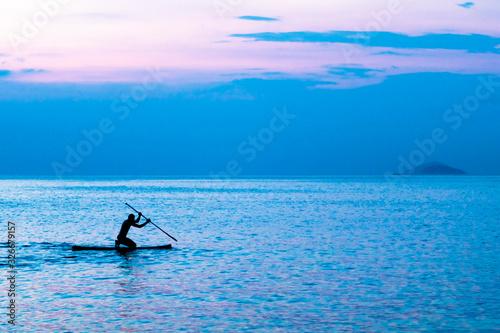 Fotografie, Obraz homem no stand up paddle no crepúsculo
