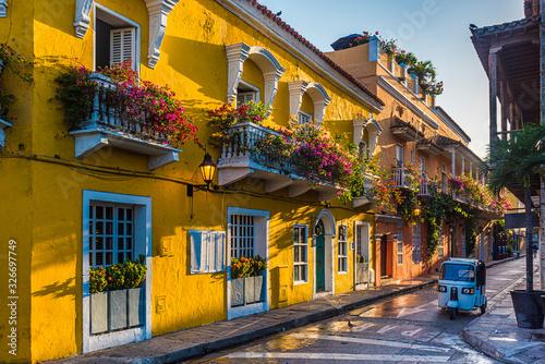 Obraz Uliczka w starym mieście Cartagena, Kolumbia - fototapety do salonu