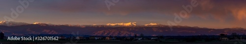 Photo Colorful panoramic sunset over the Apennine mountain range between Tuscany and E