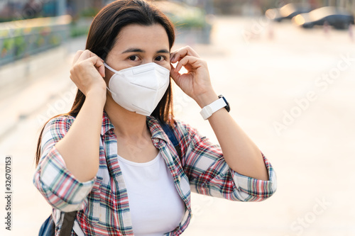 Canvas Print Asian woman wearing N95 mask to protect pollution PM2