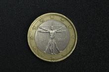Un Euro Encabeza Monedas Laterales Dinero Macro Europa Cerca Hombre De Vitruvio Da Vinci 2009