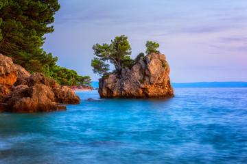 Fototapeta Morze Amazing sunset seascape, scenic view of Brela stone (kamen Brela), a symbol of Adriatic resort and popular tourist attraction. Travel background, Punta Rata beach, Makarska riviera, Dalmatia, Croatia