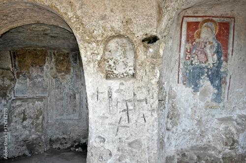 Fototapeta Matera - Chiesa Rupestre Madonna delle Tre Porte -  Croci e affreschi