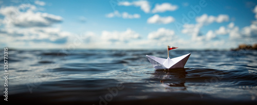 Fototapeta Papierschiff auf hoher See obraz