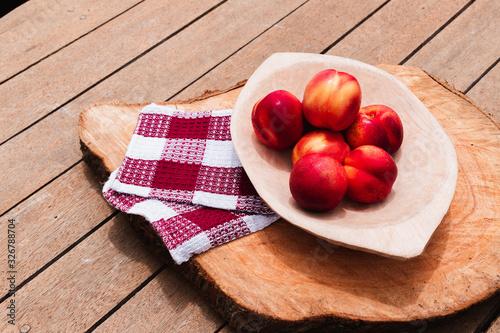 Photo Duraznos sobre mesa de madera, fruta fresca