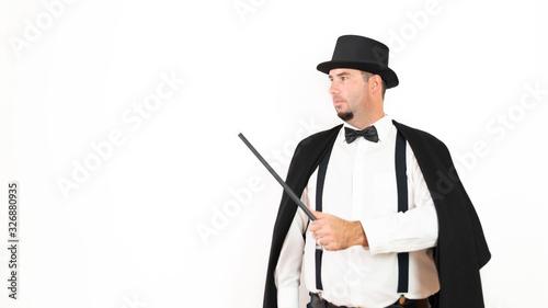 Zauberer mit Zauberstab und Zylinder schaut nach rechts, weißer Hintergrund Canvas-taulu