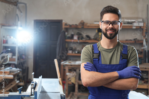 Photo Portrait of professional male carpenter in workshop