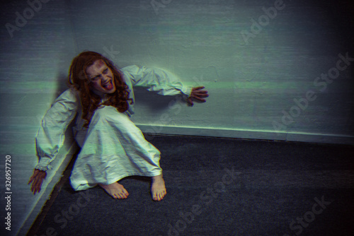 Tablou Canvas obsessed demonic girl in nightgown yelling near wall