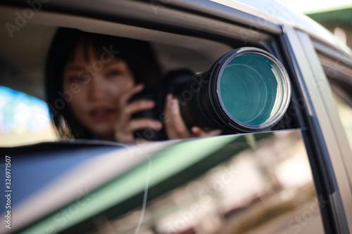 Fotografie, Obraz 車内から写真を撮る女性