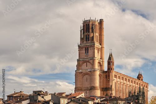 Photo Huge cathedral with tower touching the sky in city Catara, Albi, France