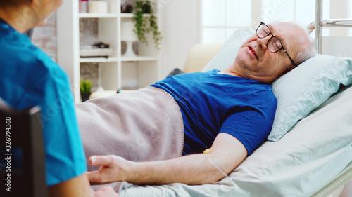 Fotografia Cannula nursing home hospital bed elderly man sick