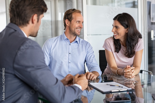 Photo Mature couple meeting financial advisor