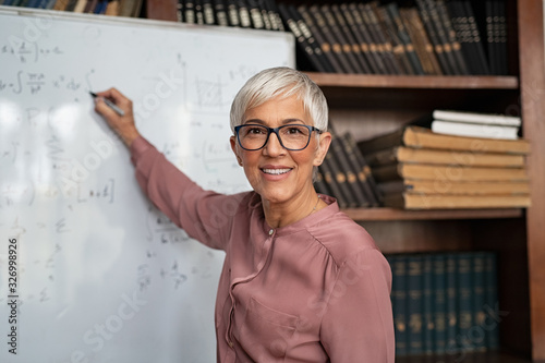 Carta da parati Mature teacher writing on whiteboard