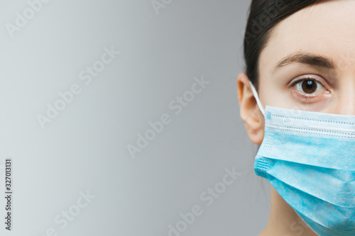 Photo Woman with brown hair and a medical mask for protection again influenza