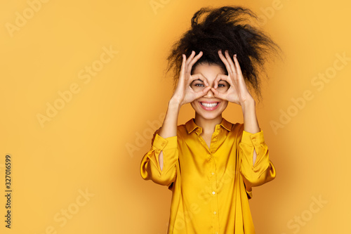 Photo Smiling girl shows ok sign with both hands, says good job or well done