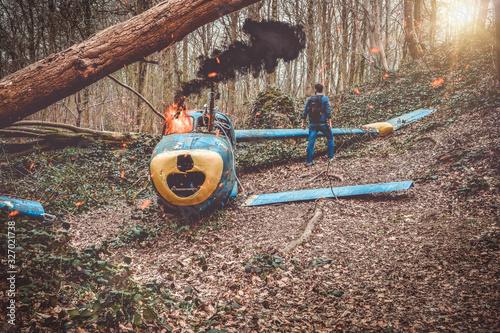 petit avion en flamme  tombé dans un bois avec un survivant Canvas Print