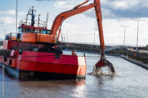 Dredger ship at work in east neuk harbour, east coast of scotland Canvas-taulu