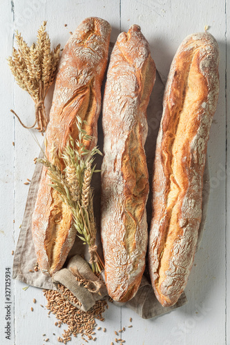 Photo Crunchy french baguettes freshly baked in bakery