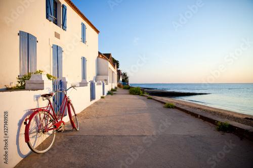 Fotografie, Tablou Vélo rouge sur l'île de Noirmoutier en France. Paysage de plage.