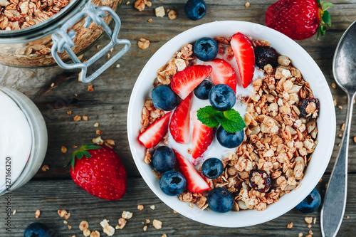 Fototapeta Healthy breakfast granola with fresh strawberry and blueberry. obraz