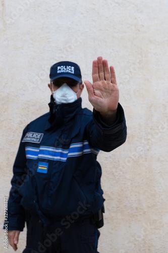 policier municipal avec masque de protection Canvas Print