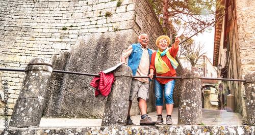 Fotografia Senior retired couple having genuine fun in San Marino old town castle - Active