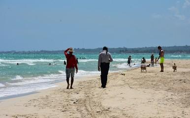 Ludzie idący po plaży
