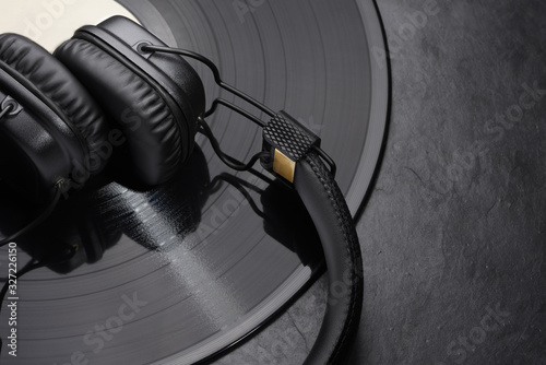 Fotografía Over or on-ear headphones on vinyl record.
