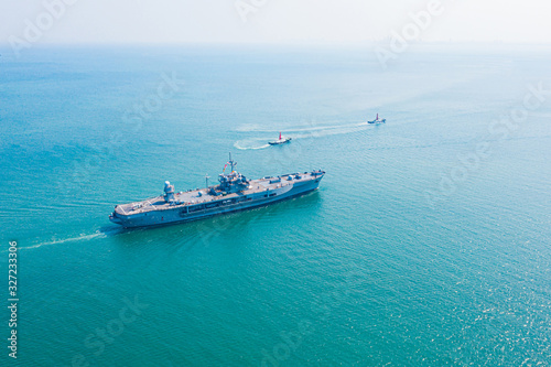 Photo Navy aircraft carrier on the open sea Aerial view of battleship, Military sea tr
