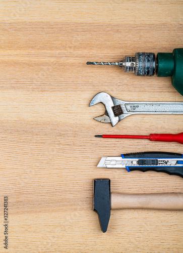 Fototapeta Outils de bricolage alignés sur une table en bois obraz