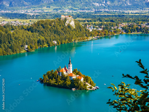 Photo Aerial view on the Pilgrimage Church of the Assumption of Maria on the Lake Bled