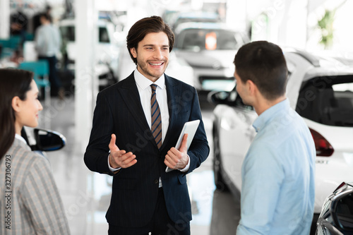 mata magnetyczna Car dealer talking with clients selling them automobile