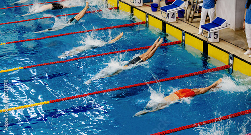 Photo starting athletes swimmers backstroke swim in swimming competition