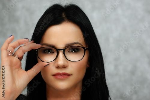 Obraz brunetka w okularach - fototapety do salonu