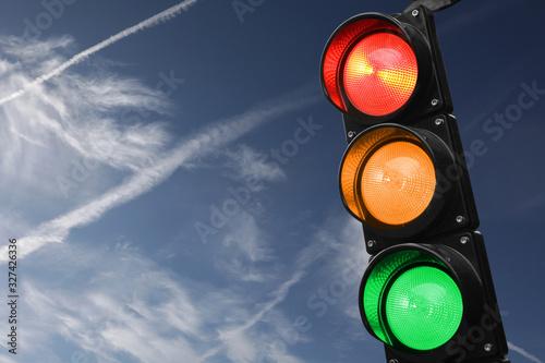 Canvas Print Semaforo rosso, giallo e verde con il cielo come sfondo